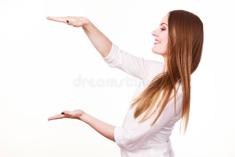 Η γυναίκα χρησιμοποιεί τα χέρια για να δείξει τον τομέα του πλαισίου, διάστημα αντιγράφων για το προϊόν στοκ φωτογραφίες με δικαίωμα ελεύθερης χρήσης