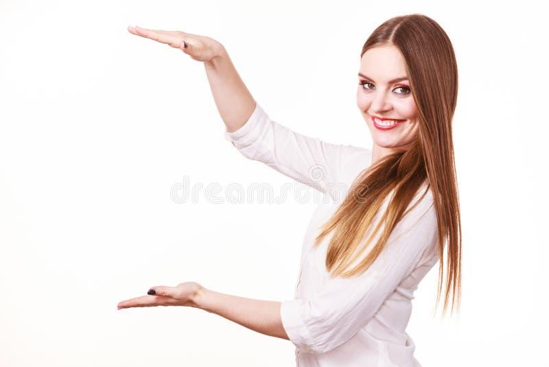 Η γυναίκα χρησιμοποιεί τα χέρια για να δείξει τον τομέα του πλαισίου, διάστημα αντιγράφων για το προϊόν στοκ εικόνες