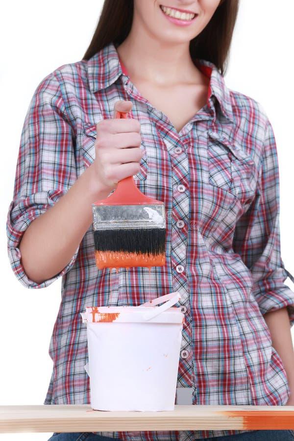 Η γυναίκα χρωματίζει τη βούρτσα τοίχων στοκ εικόνα με δικαίωμα ελεύθερης χρήσης
