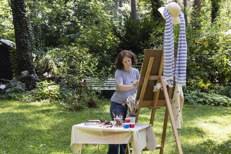 Η γυναίκα χρωματίζει στοκ φωτογραφία με δικαίωμα ελεύθερης χρήσης