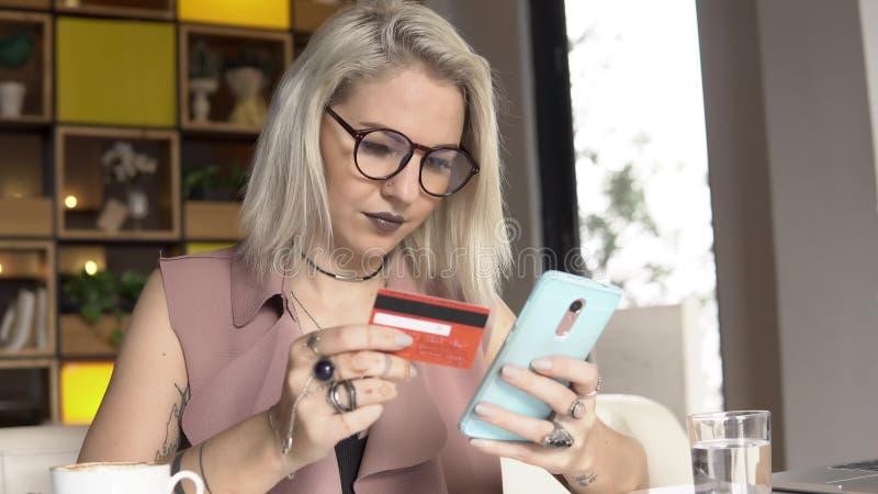Η γυναίκα ψωνίζει on-line στοκ εικόνες