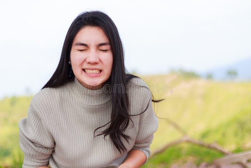 Η γυναίκα Asain κλείνει το μάτι της και έχει ένα μεγάλο χαμόγελο στοκ φωτογραφία με δικαίωμα ελεύθερης χρήσης