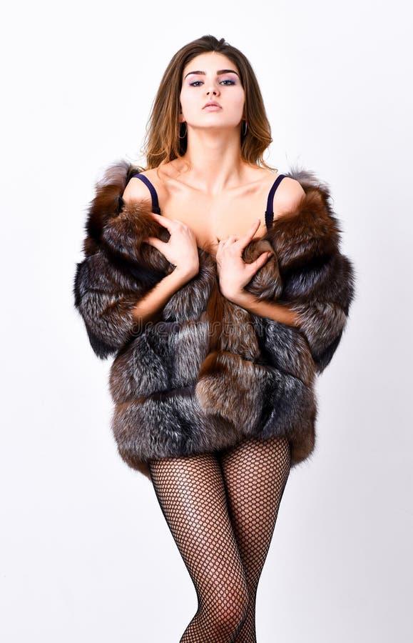 Η γυναίκα hairstyle θέτοντας lingerie και το σακάκι γουνών Έννοια μπουτίκ μόδας Μόδα για το θηλυκό Ενδύματα ελίτ για στοκ φωτογραφία