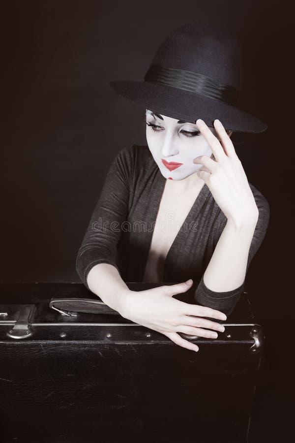 Η γυναίκα mime κάθεται δίπλα στη βαλίτσα στοκ φωτογραφίες με δικαίωμα ελεύθερης χρήσης