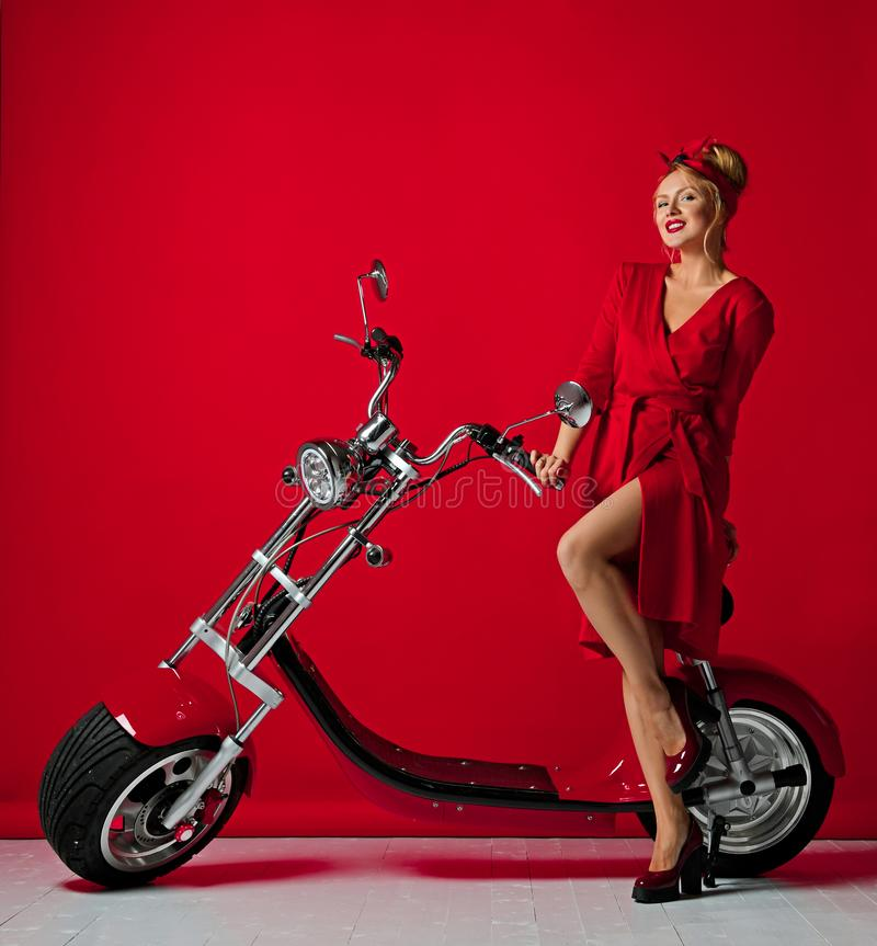 Η γυναίκα pinup ορίζει το νέο ηλεκτρικό μηχανικό δίκυκλο ποδηλάτων μοτοσικλετών αυτοκινήτων γύρου παρόν για το νέο έτος 2019 στοκ φωτογραφία