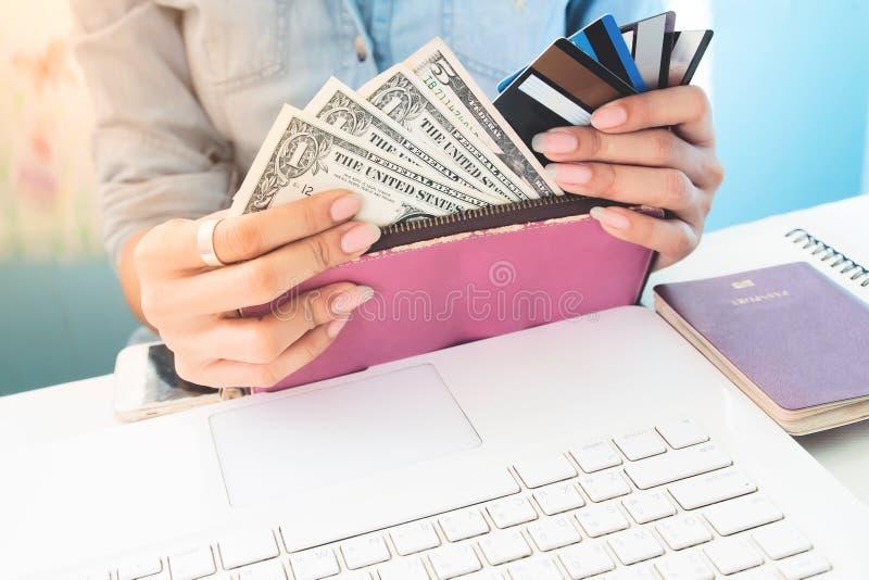 Η γυναίκα ` s δίνει το ανοικτό πορτοφόλι που παρουσιάζει τους λογαριασμούς δολαρίων και πιστωτικές κάρτες, στοκ φωτογραφία με δικαίωμα ελεύθερης χρήσης