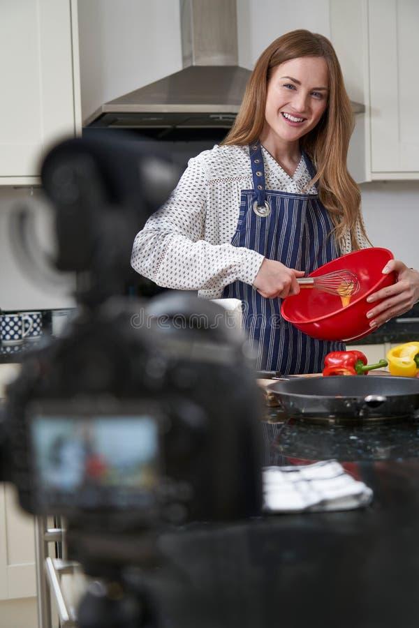 Η Γυναίκα Vlogger Κάνει Βίντεο Στα Μέσα Κοινωνικής Δικτύωσης Για Τη Μαγειρική Στο Διαδίκτυο στοκ φωτογραφίες με δικαίωμα ελεύθερης χρήσης