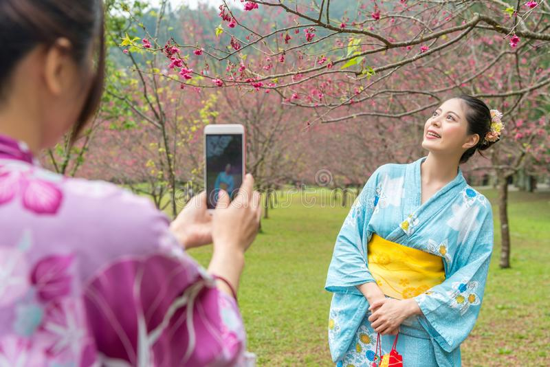 Η γυναικεία βοήθεια φέρνει τη κάμερα για να καταγράψει το ταξίδι στοκ φωτογραφίες με δικαίωμα ελεύθερης χρήσης