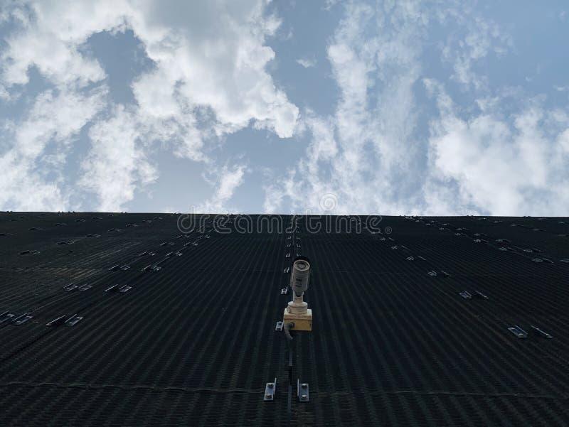 Η γωνία ανύψωσης παρουσιάζει μαύρο χρώμα του κτηρίου που κόβει τον ουρανό στοκ εικόνα