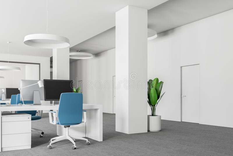 Η γωνία γραφείων ανοιχτού χώρου, μπλε καρέκλες κλείνει επάνω ελεύθερη απεικόνιση δικαιώματος
