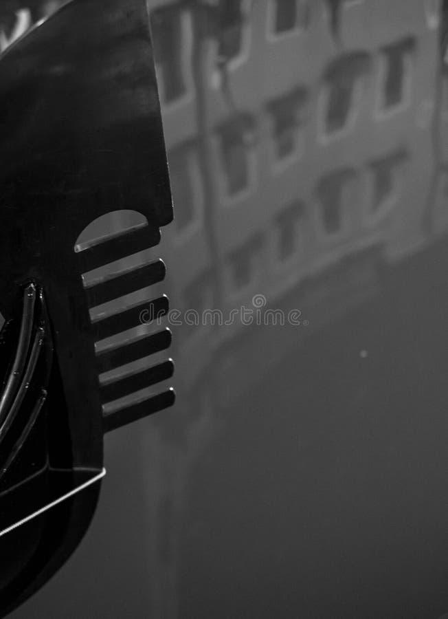 Η γόνδολα σε ένα κανάλι στη Βενετία, Ιταλία που παρουσιάζει διακοσμητικούς το σιδηρο/σίδηρο στο τόξο των βαρκών απεικόνισε στο νε στοκ εικόνα με δικαίωμα ελεύθερης χρήσης