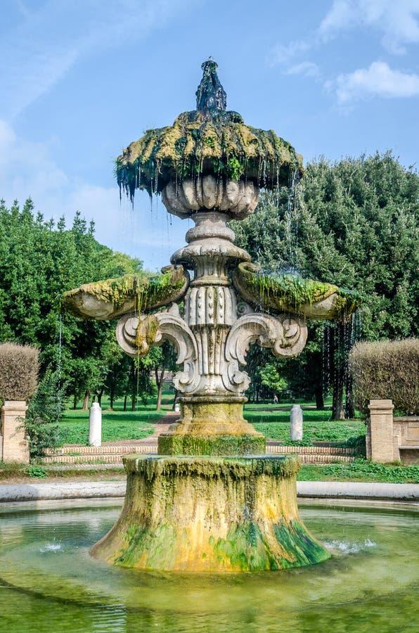 Η γλυπτική αρχιτεκτονική σύνθεση της ιστορικής οικοδόμησης της πηγής από την οποία ρεύματα ροής του νερού και των μνημείων α στοκ εικόνες με δικαίωμα ελεύθερης χρήσης