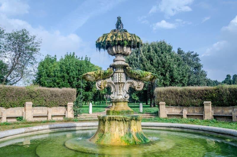 Η γλυπτική αρχιτεκτονική σύνθεση της ιστορικής οικοδόμησης της πηγής από την οποία ρεύματα ροής του νερού και των μνημείων α στοκ εικόνα με δικαίωμα ελεύθερης χρήσης