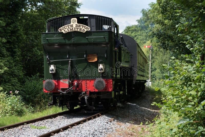 Η δεξαμενή 6412 Pannier κινητήριο τραίνο που λειτουργεί στο σιδηρόδρομο του νότιου Devon μεταξύ Totnes και Buckfastleigh που τραβ στοκ εικόνα με δικαίωμα ελεύθερης χρήσης