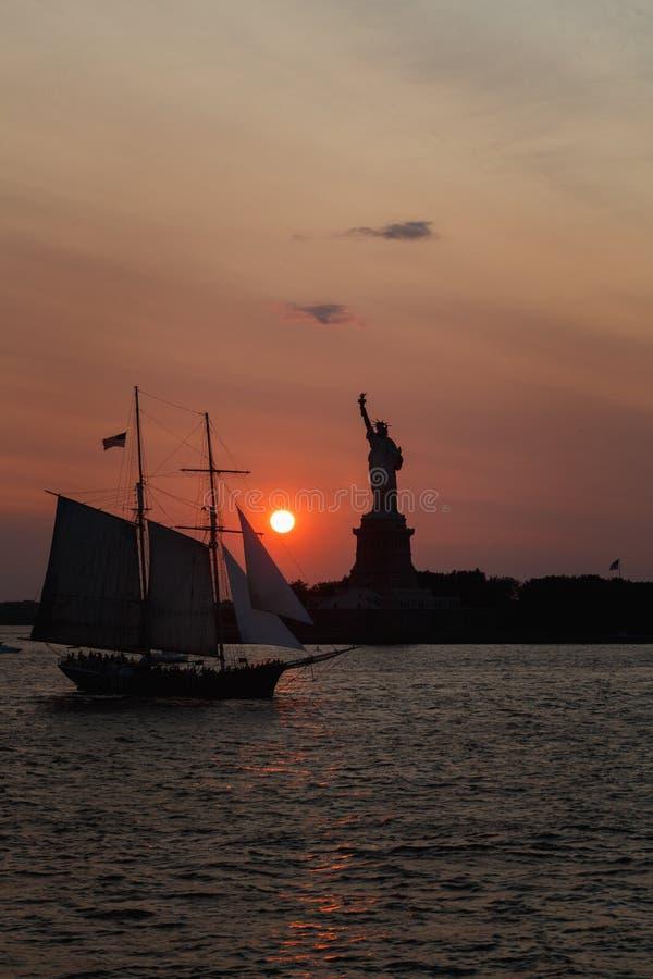 Η Δεσποινίς ελευθερία στο ηλιοβασίλεμα στοκ εικόνες