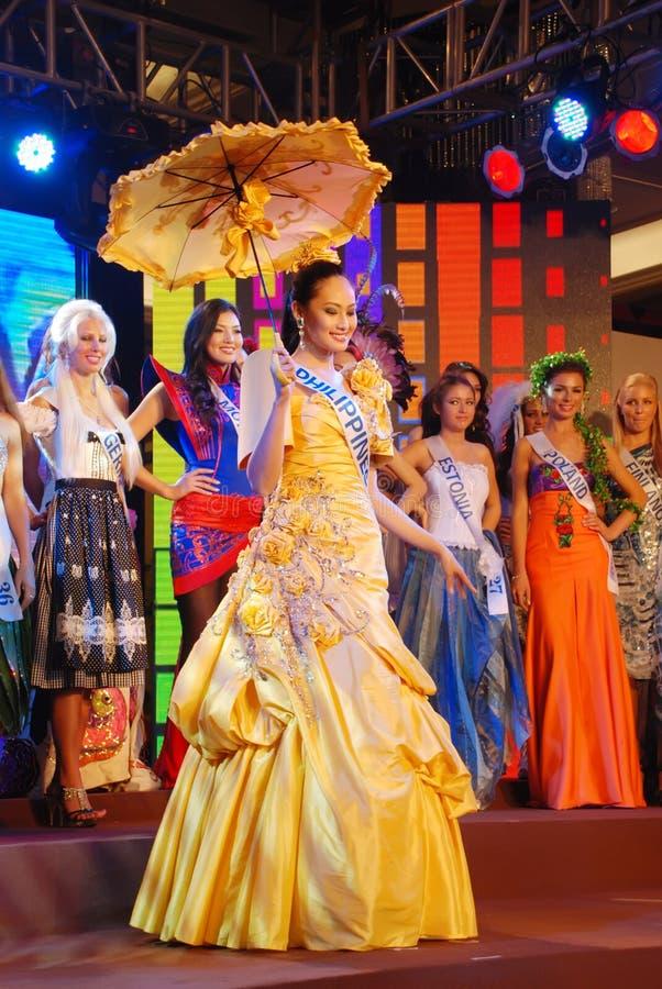 Η Δεσποινίς Φιλιππίνες που φορά το εθνικό κοστούμι στοκ φωτογραφία με δικαίωμα ελεύθερης χρήσης