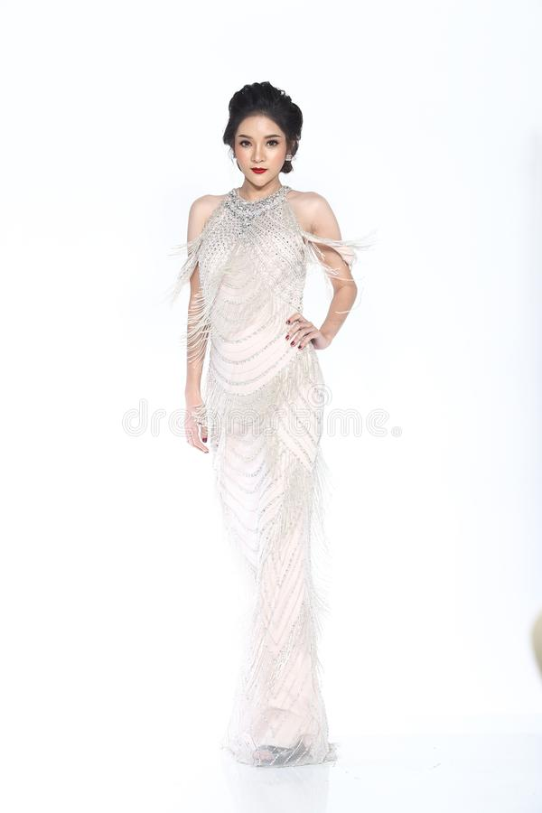 Η Δεσποινίς Pageant Contest στο μακρύ φόρεμα σφαιρών εσθήτων σφαιρών βραδιού με το Δ στοκ φωτογραφία