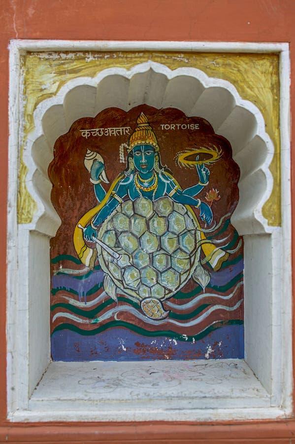 Η δεύτερη ενσάρκωση Kurmavtar ή χελωνών του Λόρδου Vishnu χρωμάτισε colourfully στον τοίχο του ναού Vishnu Narayan στην κορυφή Pa στοκ φωτογραφία