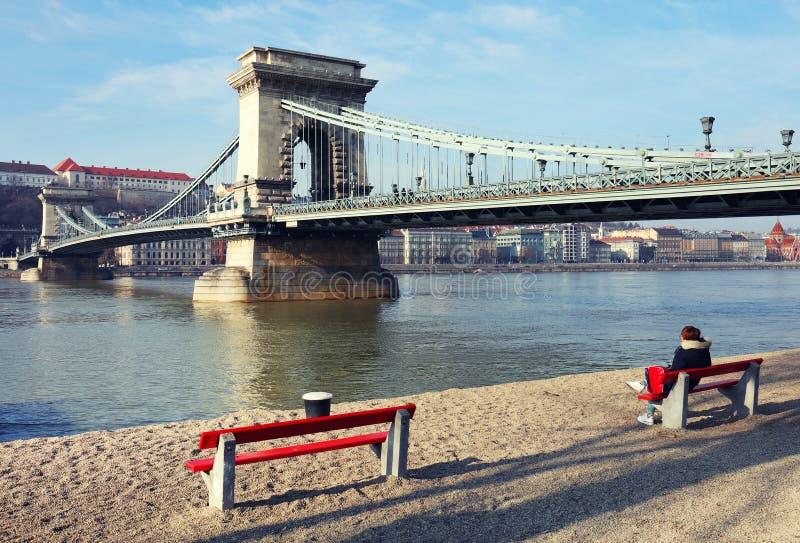 Η διάσημη γέφυρα αλυσίδων πέρα από τον ποταμό Δούναβη Το Buda Castle είναι στο υπόβαθρο, Βουδαπέστη, Ουγγαρία, Ευρώπη στοκ φωτογραφία