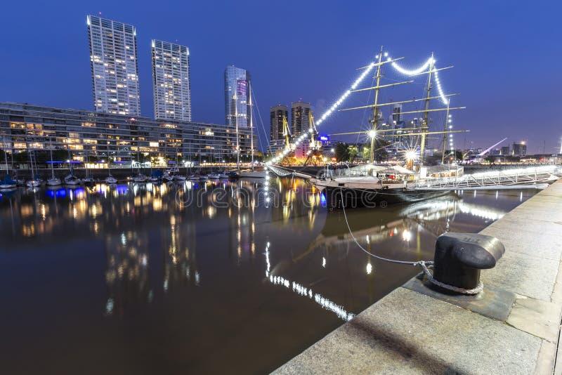 Η διάσημη γειτονιά Puerto Madero στο Μπουένος Άιρες, Αργεντινή τη νύχτα στοκ φωτογραφίες με δικαίωμα ελεύθερης χρήσης