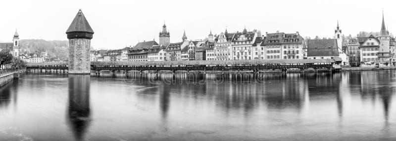 Η διάσημη ελβετική πόλη του ορίζοντα εικονικής παράστασης πόλης Λουκέρνης και της γέφυρας Kappel με τη μακροχρόνια έκθεση άποψης  στοκ εικόνες