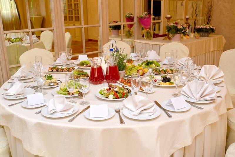 Η διάσκεψη στρογγυλής τραπέζης εξυπηρέτησε για ένα συμπόσιο Εστιατόριο στοκ φωτογραφία