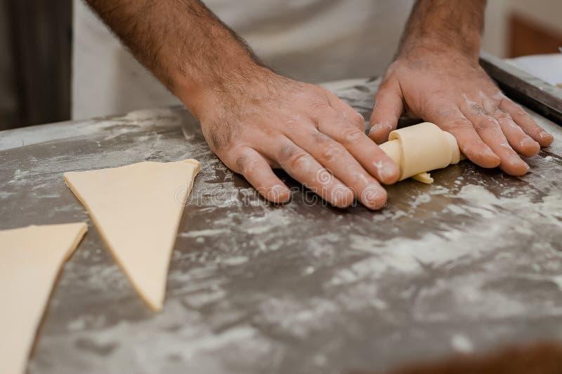 Η διαδικασία κατασκευής κρουασάν σε φούρνο στοκ εικόνα με δικαίωμα ελεύθερης χρήσης
