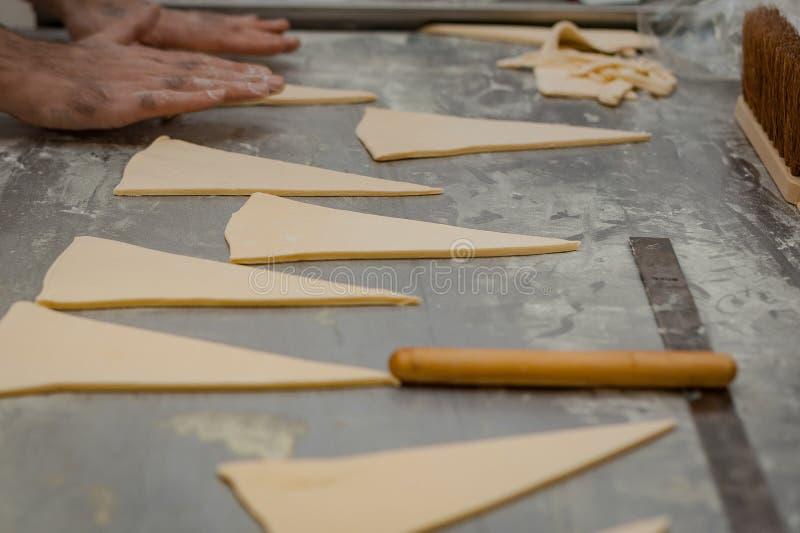 Η διαδικασία κατασκευής κρουασάν σε φούρνο στοκ εικόνα