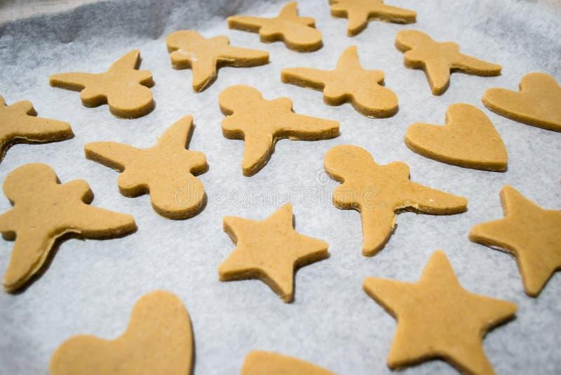 Η διαδικασία παραγωγής μπισκότων τζίντζερ στοκ φωτογραφίες