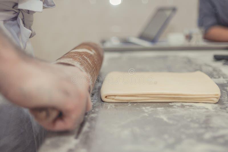 Η διαδικασία προετοιμασίας της ζύμης σε αρτοποιείο στοκ φωτογραφίες με δικαίωμα ελεύθερης χρήσης
