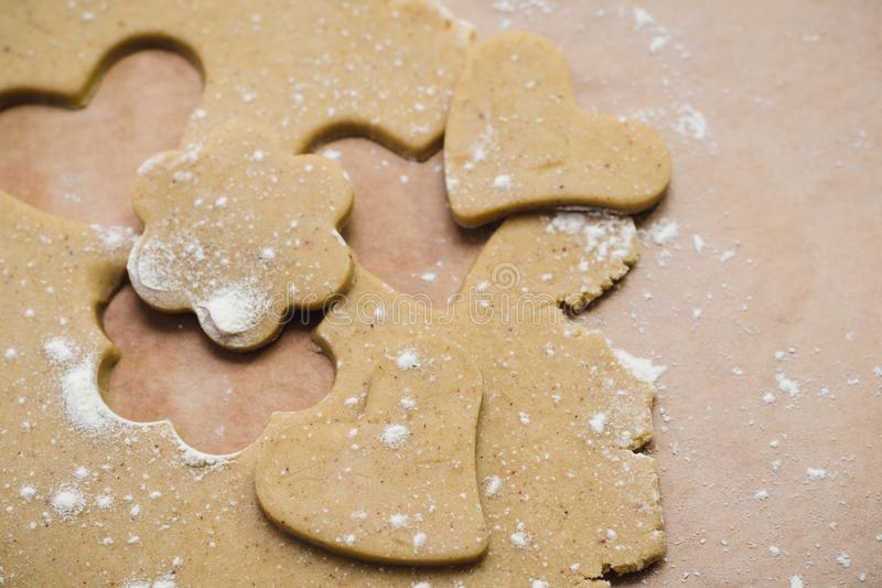 Η διαδικασία τα μπισκότα πιπεροριζών υπό μορφή καρδιάς και λουλουδιού, μελόψωμο στοκ εικόνα με δικαίωμα ελεύθερης χρήσης