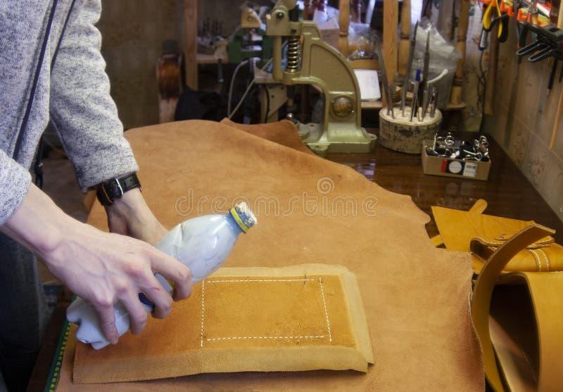 Η διαδικασία τις λεπτομέρειες του κυρίου προϊόντων δέρματος του δέρματος στοκ φωτογραφία με δικαίωμα ελεύθερης χρήσης