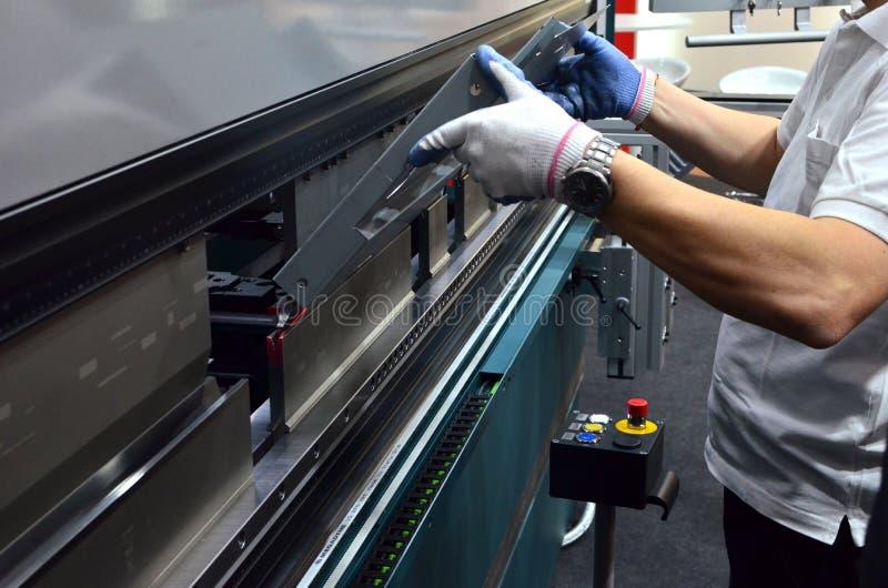Η διαδικασία το μέταλλο φύλλων σε μια κάμπτοντας μηχανή φύλλων στοκ εικόνα με δικαίωμα ελεύθερης χρήσης