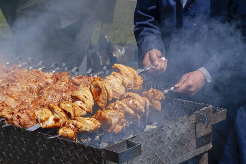 Η διαδικασία shish kebab στοκ φωτογραφία με δικαίωμα ελεύθερης χρήσης