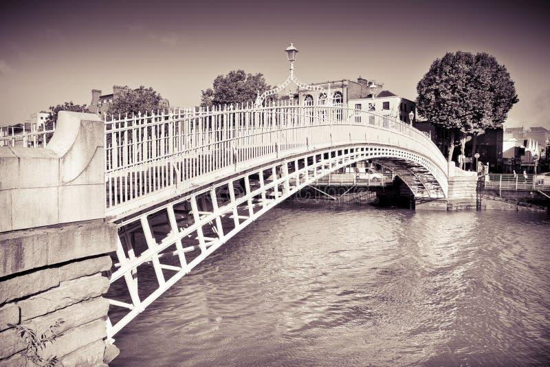 """Η διασημότερη γέφυρα αποκαλούμενη στην το Δουβλίνο """"μισή γέφυρα πενών """"που οφείλεται στο φόρο που χρεώνεται για τη μετάβαση - τον στοκ εικόνα"""