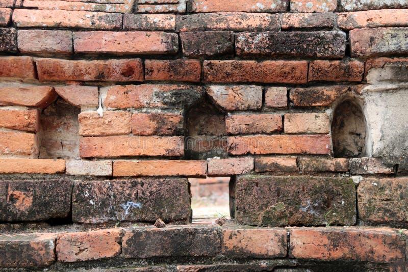 Η διαστημική αψίδα του τούβλου για φυλάσσει τα μικρά αγάλματα του Βούδα στοκ φωτογραφία με δικαίωμα ελεύθερης χρήσης