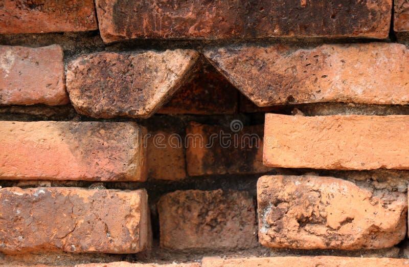 Η διαστημική αψίδα του τούβλου για φυλάσσει τα μικρά αγάλματα του Βούδα στοκ φωτογραφίες με δικαίωμα ελεύθερης χρήσης