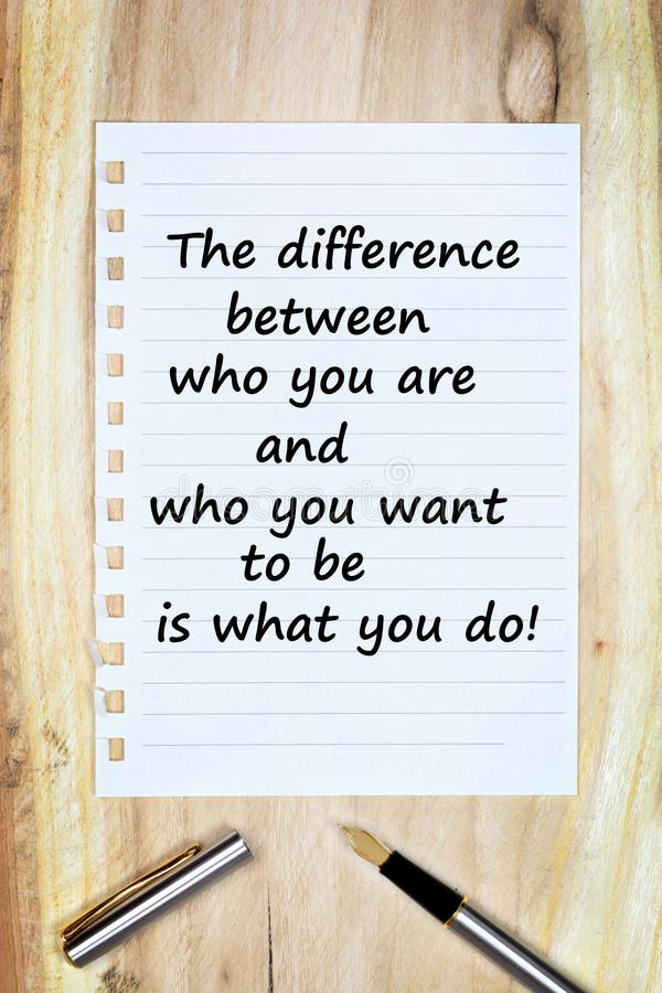 Η διαφορά μεταξύ ποιων είστε και ποιοι θέλετε για να είστε είναι αυτό που κάνετε σε χαρτί στοκ φωτογραφίες
