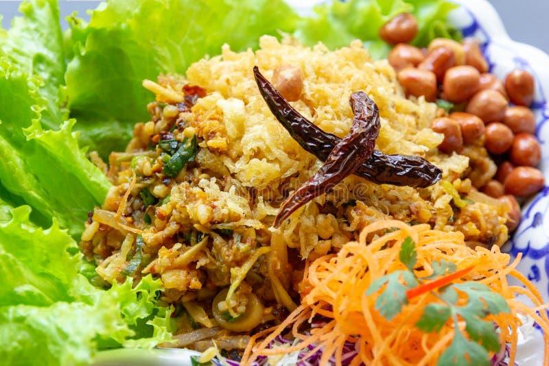 Η διοσκορέα Naem Khao Thot είναι πικάντικη σαλάτα ξυστρισμένα Croquettes ρυζιού, του ζυμωνομμένου χοιρινού κρέατος, της πιπερόριζ στοκ φωτογραφία με δικαίωμα ελεύθερης χρήσης