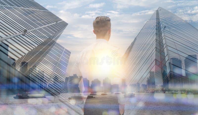 Η διπλή έκθεση στην επιχειρησιακή έννοια, άτομο που στέκεται και κοιτάζει μέσω της εικονικής παράστασης πόλης με την οικοδόμηση κ στοκ φωτογραφίες με δικαίωμα ελεύθερης χρήσης