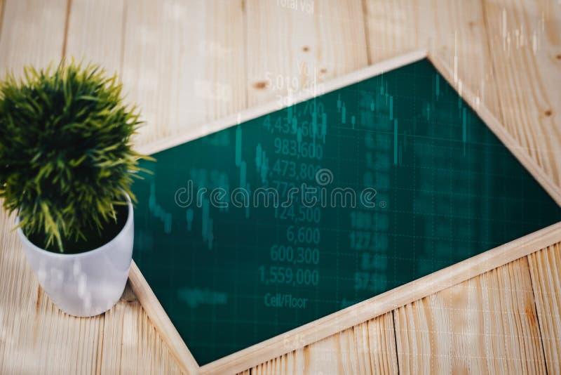 Η διπλή έκθεση του κενού πράσινου chalkborad και λίγο δέντρο στον ξύλινο πίνακα με το διάγραμμα οθόνης χρηματιστηρίου επιβιβάζοντ στοκ εικόνες με δικαίωμα ελεύθερης χρήσης