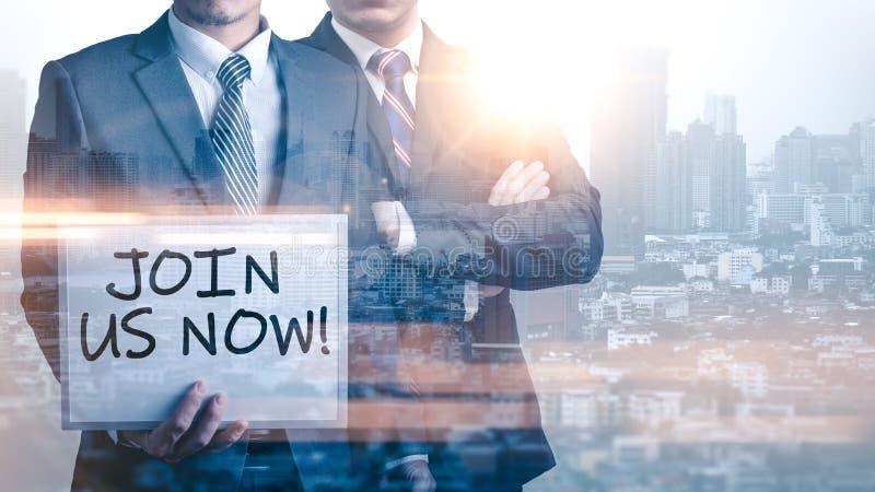 Η διπλή εικόνα έκθεσης των επιχειρηματιών κρατά ένα whiteboard και το κείμενο έγραψε ότι ` μας ενώνει τώρα ` κατά τη διάρκεια της στοκ εικόνες με δικαίωμα ελεύθερης χρήσης