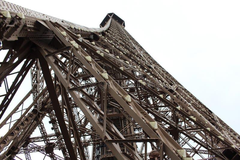 Η δομή του πύργου του Άιφελ από το επίγειο επίπεδο στοκ φωτογραφίες με δικαίωμα ελεύθερης χρήσης