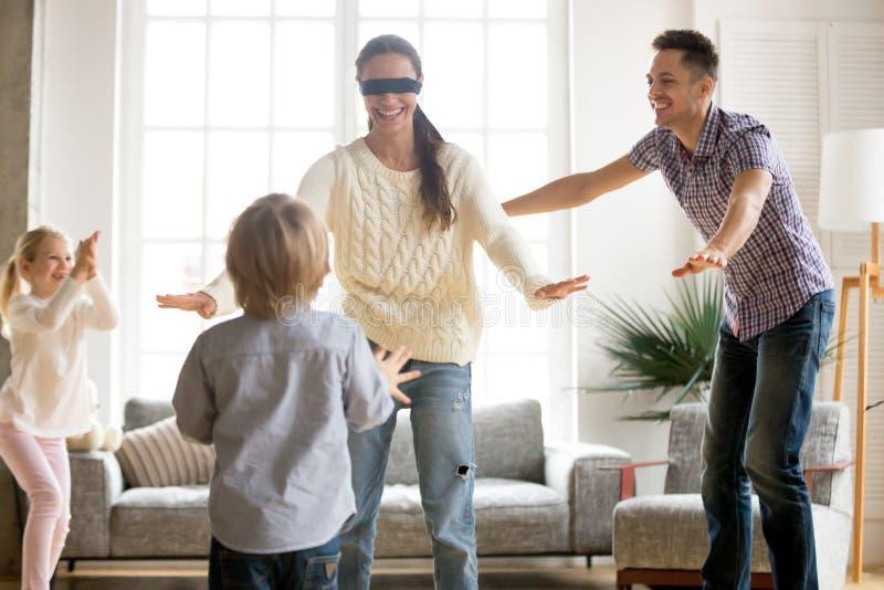 Η δορά οικογενειακού παιχνιδιού - και - επιδιώκει το παιχνίδι μαζί με ο σκώρος στοκ φωτογραφίες