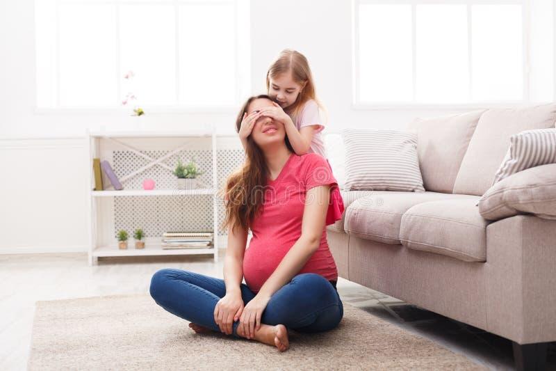 Η δορά παιχνιδιού - και - επιδιώκει μαζί με το mom στοκ εικόνες