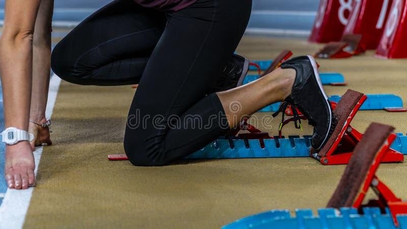 Η δράση συσκεύασε την εικόνα ενός θηλυκού αθλητή που αφήνει τους αρχικούς φραγμούς στοκ φωτογραφίες με δικαίωμα ελεύθερης χρήσης