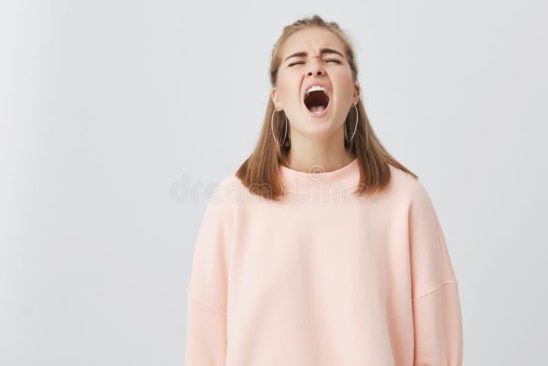 Η δυστυχισμένη συναισθηματική νέα κραυγή στην απελπισία και το φωνάζοντας κορίτσι, στόμα ανοίγματος ευρέως, συγκλόνισε με τις κακ στοκ εικόνα με δικαίωμα ελεύθερης χρήσης