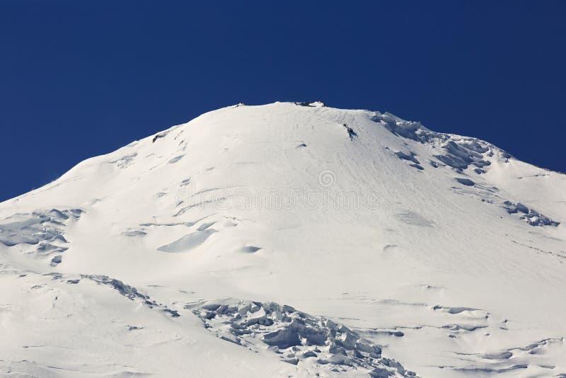 Η δυτική αιχμή του υποστηρίγματος Elbrus καλύπτεται με το χιόνι στοκ φωτογραφία με δικαίωμα ελεύθερης χρήσης