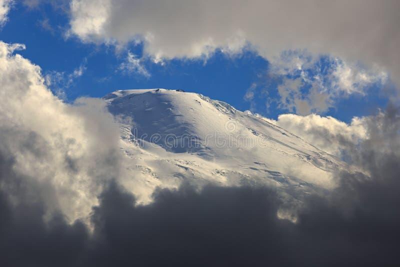 Η δυτική αιχμή του υποστηρίγματος Elbrus, η κλίση με το χιόνι στοκ εικόνες