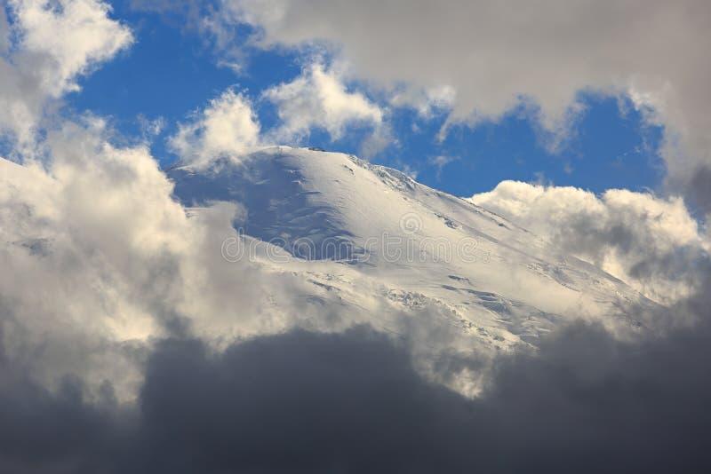 Η δυτική αιχμή του υποστηρίγματος Elbrus, η κλίση με το χιόνι στοκ φωτογραφίες με δικαίωμα ελεύθερης χρήσης